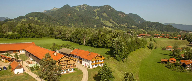 Der Vorderschömerhof mit dem Brauneck im Hintergrund